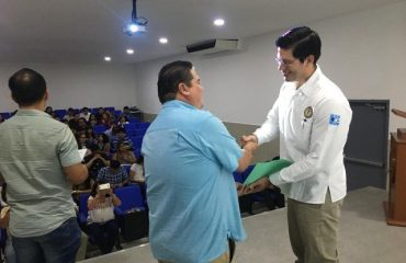 Arq. Raúl Zapata Álvarez entregando constancia de participación al Dr. Glenn Vázquez Marrufo por su ponencia Mercadotecnia con un fin social.